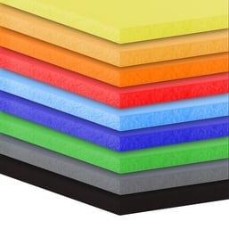 Panneaux en PVC expansé avec un film de protection sur une face
